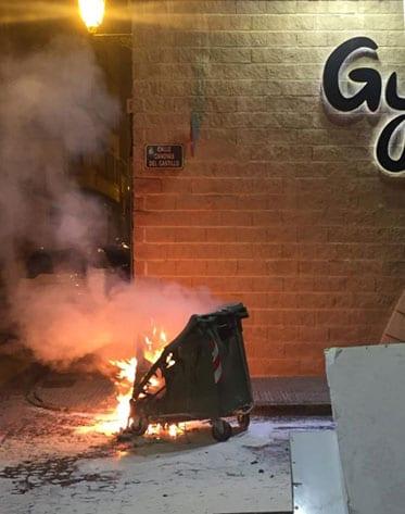 Contenedor ardiendo en la calle Cánovas