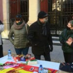 Vox instala una mesa informativa ante la puerta del Teatro Vico en la que recoge juguetes y alimentos de primera necesidad