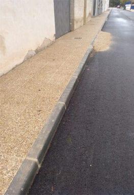 En algunos casos rozan los bajos de los vehículos al acceder al garaje