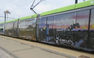 Un tranvía de Murcia lucirá el viñedo de la DOP Jumilla durante los próximos 6 meses