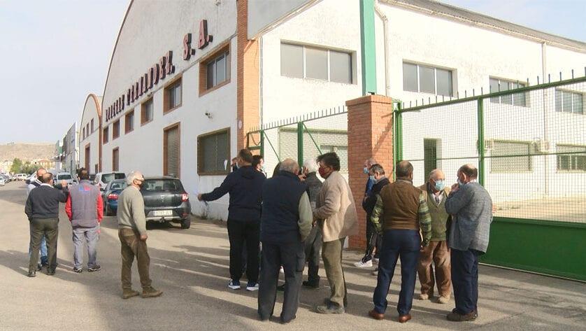 Una veintena de agricultores se concentran a las puertas de Bodegas Fernández