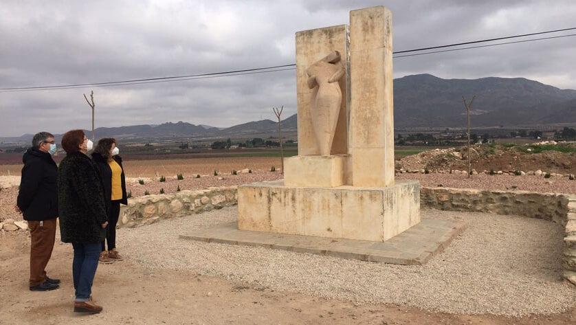 La alcaldesa de Jumilla informa al alcalde de Adra de las mejoras realizadas en el monumento que recuerda el accidente ocurrido hace 40 años
