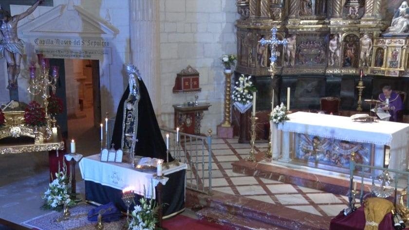 La imagen de Nuestra Señora de los Dolores del Calvario presidió el rezo del Santo Rosario