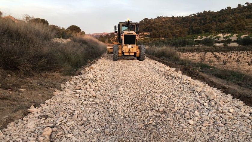 El Ayuntamiento continúa con la mejora y acondicionamiento de la red de caminos rurales, hoy han comenzado las obras en el camino Canalizo Cantero