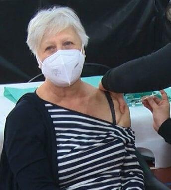 Esta señora recibe ilusionada la primera dosis de su vacuna