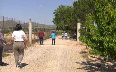 Los vecinos del diseminado de la Herrada del Tollo exigen que se les asfalte el camino que conduce a sus viviendas