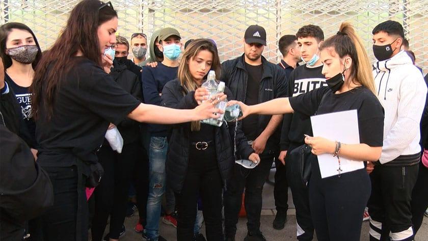 Varios asistentes a la concentración brindan por la víctima