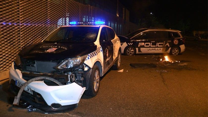 Daños en dos vehículos de Policía Local durante los altercados del lunes 3 de mayo