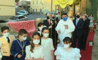 """La procesión del """"Corpus Christi"""" se celebra por segundo año consecutivo con un limitado recorrido por el atrio de la Iglesia de Santiago"""