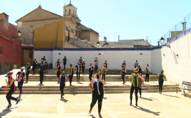 La Asociación Sociocultural Muévete realiza un baile solidario a favor de la AECC en Jumilla