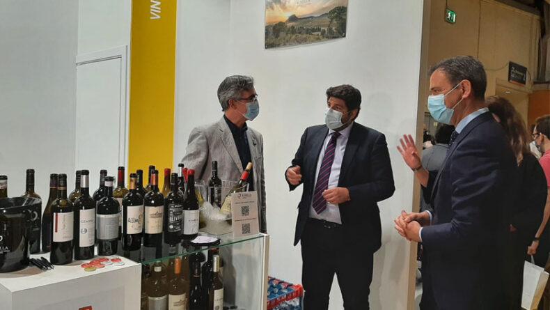 Visita del presidente de la Región de Murcia al stand del Consejo Regulador de la DOP Jumilla