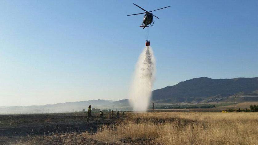 Efectivos del Plan Infomur apagan un incendio de pastizal en la N-344, a unos 4 km de Jumilla