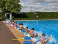 Unos 200 jumillanos participan en los cursos de natación en las Piscinas de Verano