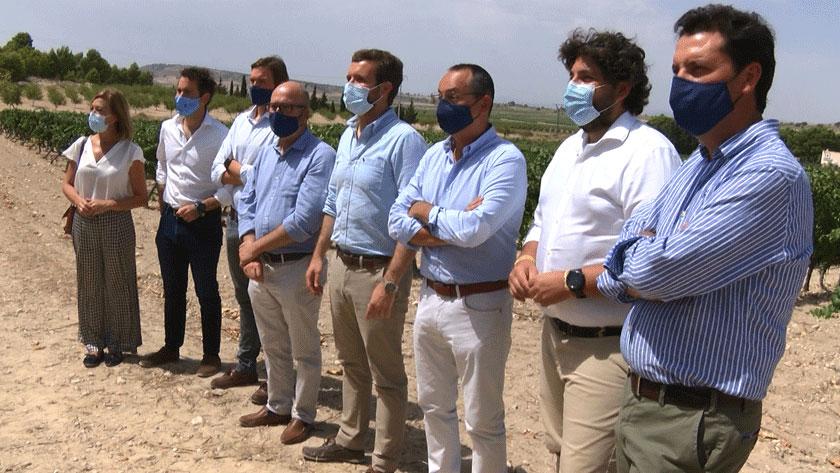 Los dirigentes del Partido Popular en su visita a Bodegas Hijos de Juan Gil