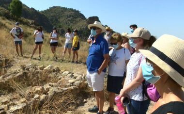 Más de 20 personas participan en la primera jornada de puertas abiertas del yacimiento de Coimbra del Barranco Ancho