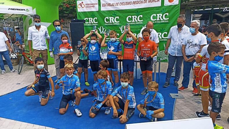 Algunos de los ciclistas de la Escuela en el podio