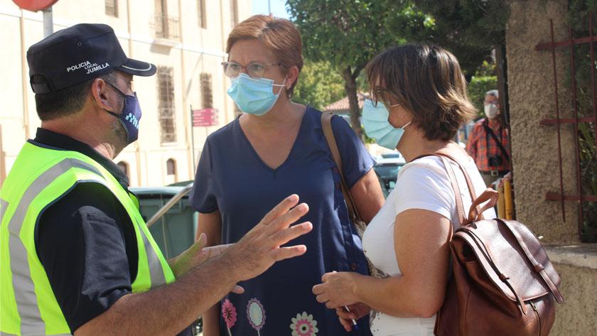 La alcaldesa de Jumilla, Juana Guardiola, junto a la concejala de Seguridad Ciudadana, Isabel López, han visitado a los nuevos agentes
