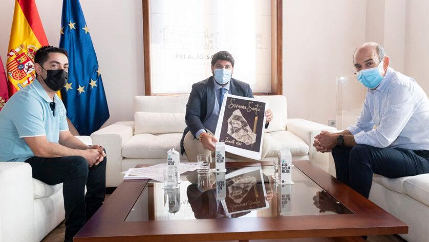 El presidente de la Comunidad, Fernando López Miras recibe la serigrafía del Cartel de Semana Santa de Jumilla