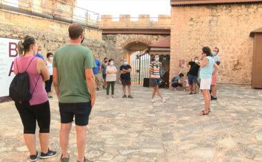 La primera visita guiada nocturna programada por Turismo ha sido un éxito de asistencia