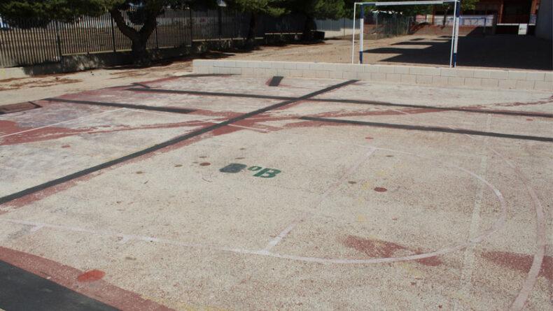 Graves desperfectos en la pista deportiva del CEIP San Francisco