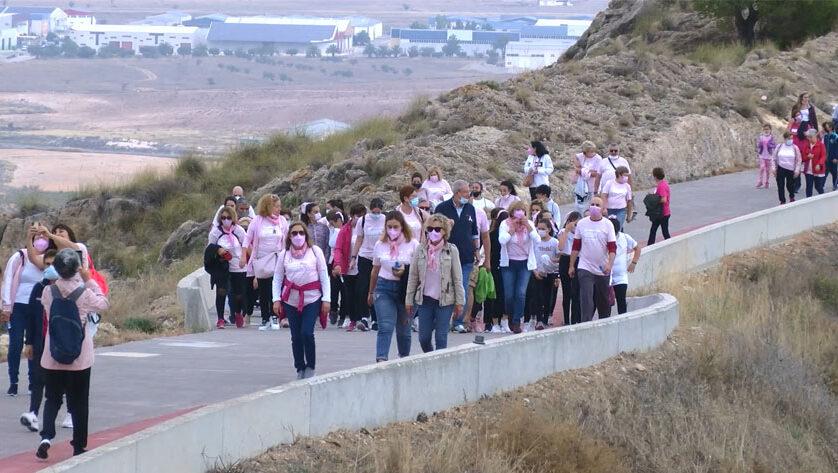 Más de 300 personas participan en la marcha hasta el Castillo por el Día Mundial contra el Cáncer de Mama