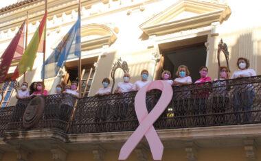 Colocado en el balcón del Ayuntamiento el lazo rosa para concienciar sobre la lucha contra el cáncer de mama